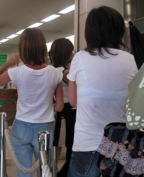 スケブラで下着が見えてる女子の素人エロ画像-042