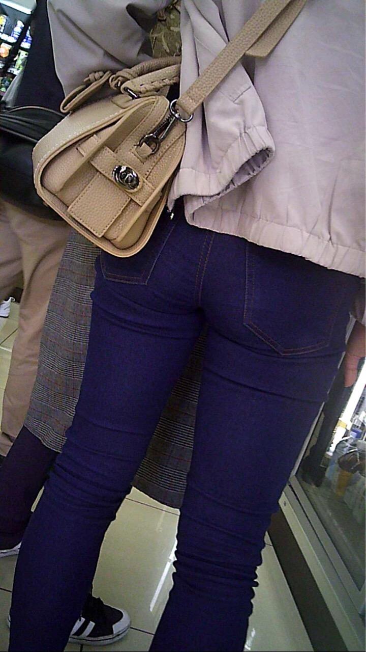 デニムのお尻がセクシーすぎる女子の街撮り素人エロ画像-044