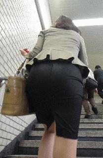 お尻と太ももがエッチなタイトスカート女子の素人エロ画像-002