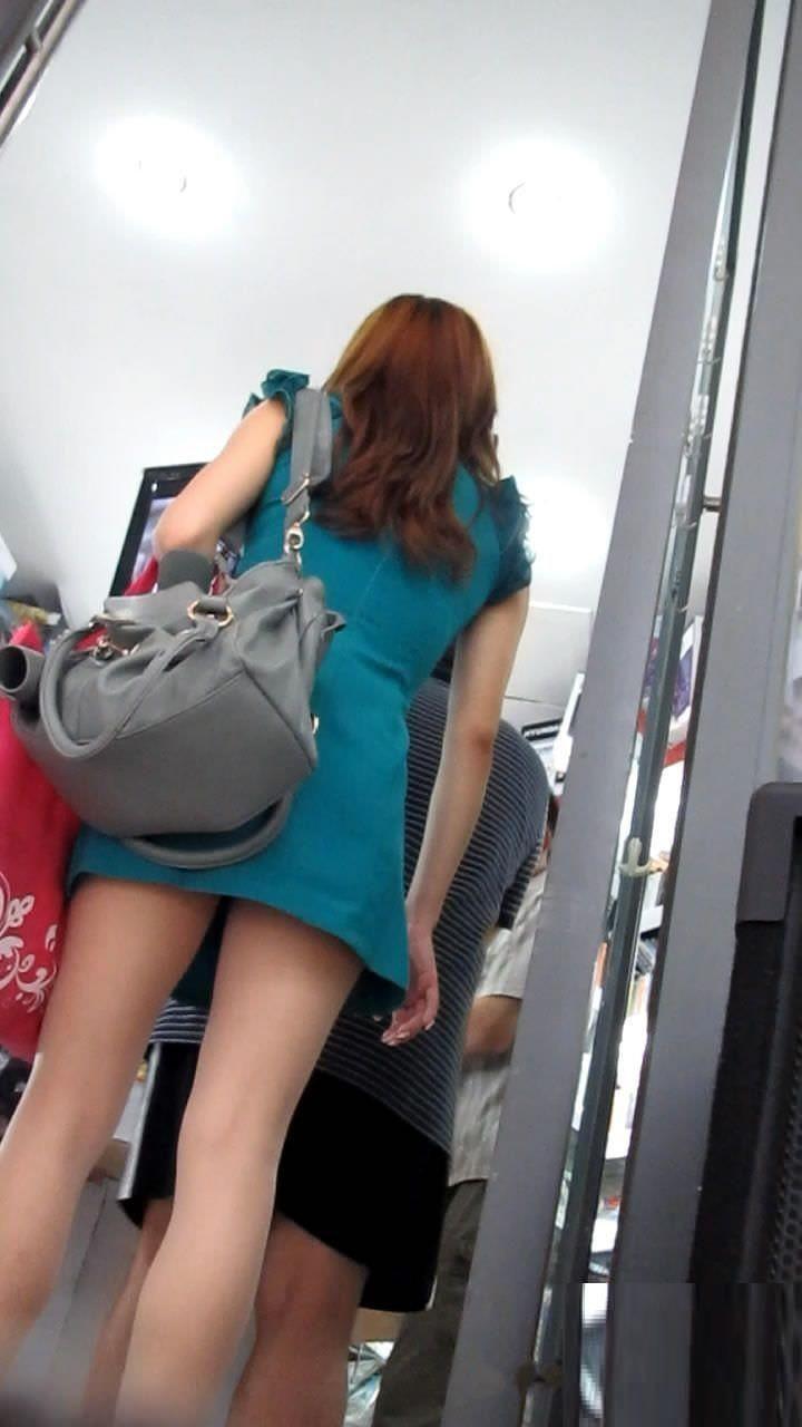 お尻と太ももがエッチなタイトスカート女子の素人エロ画像-100