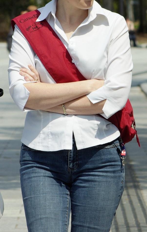 デニムやパンツの股間を街撮りした素人エロ画像-013