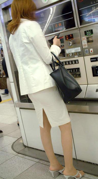 お尻と太ももがエッチなタイトスカート女子の素人エロ画像-054