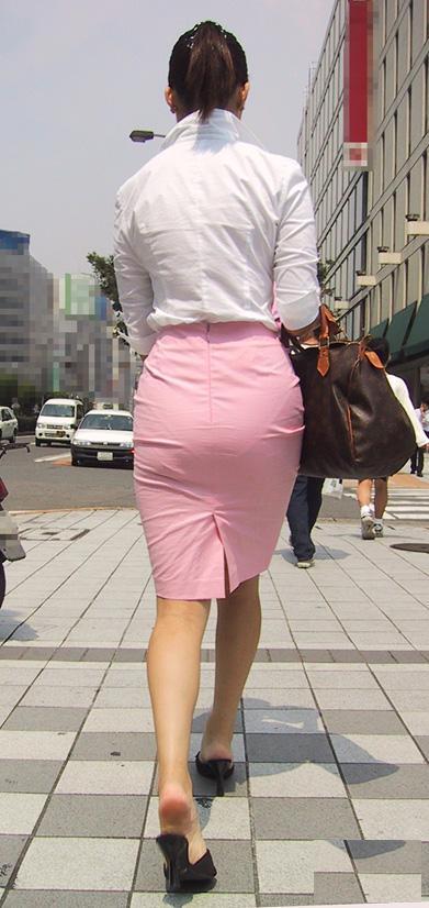 お尻と太ももがエッチなタイトスカート女子の素人エロ画像-085
