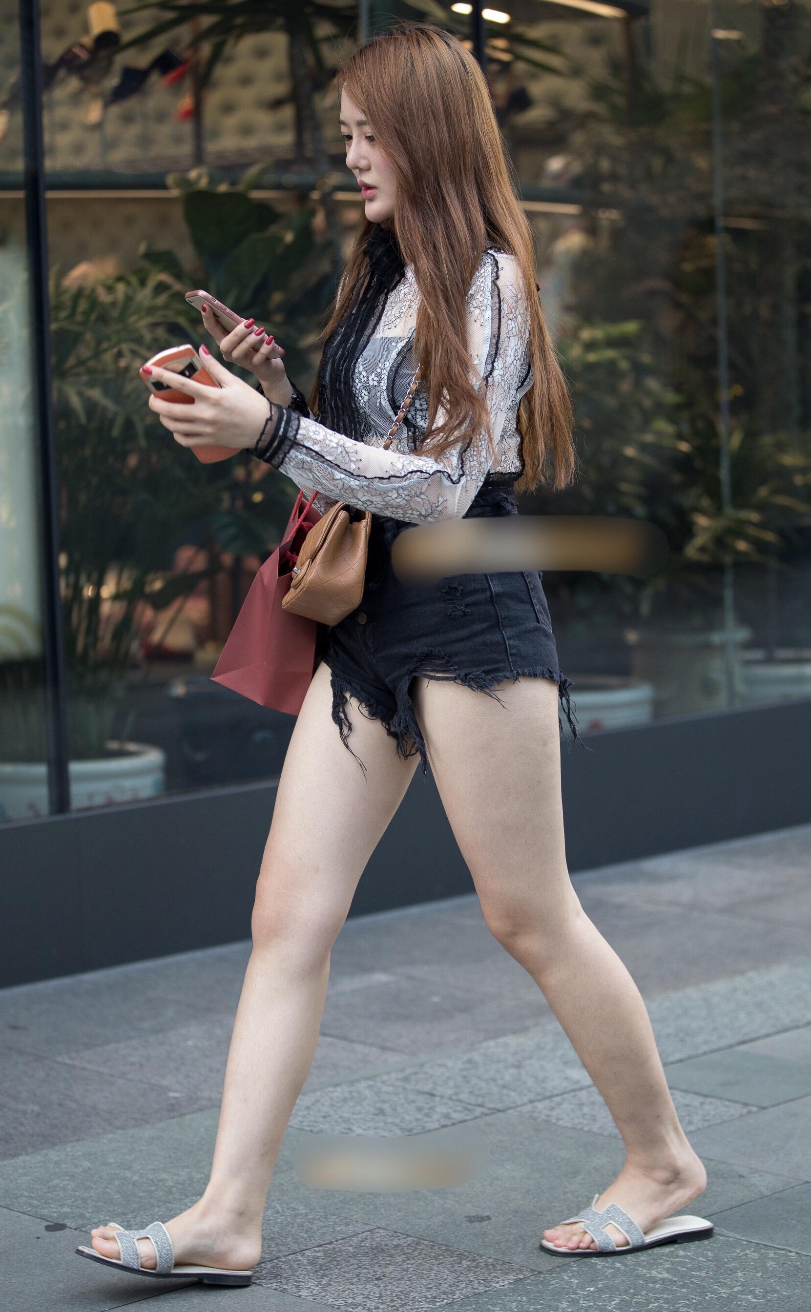 ショートパンツで下半身露出しすぎ女子の素人エロ画像-039