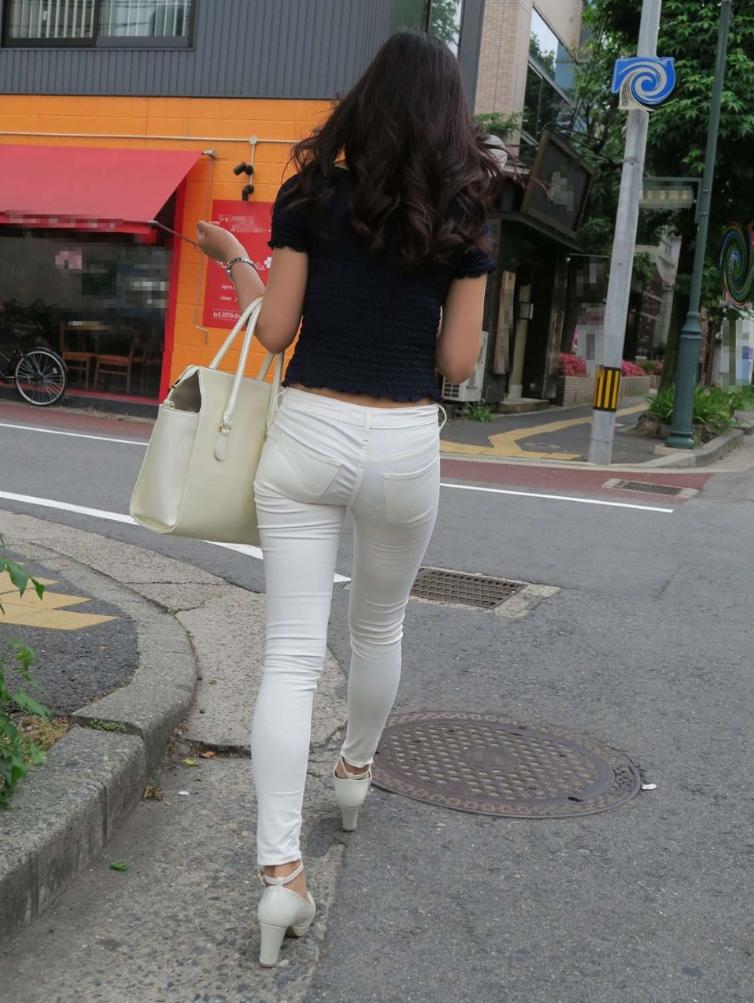 透けパンやパン線がはっきりしたエッチな女性の後姿の街撮り素人エロ画像-011
