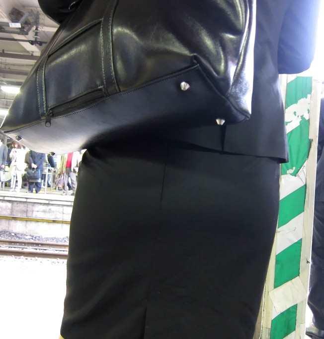 お尻が尋常じゃないエロさを醸し出しているタイトスカートを穿いた女子の素人エロ画像-037