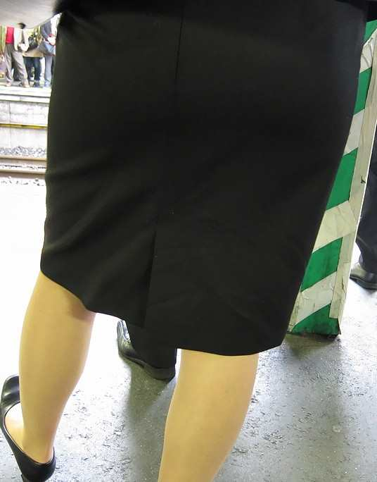 お尻が尋常じゃないエロさを醸し出しているタイトスカートを穿いた女子の素人エロ画像-038