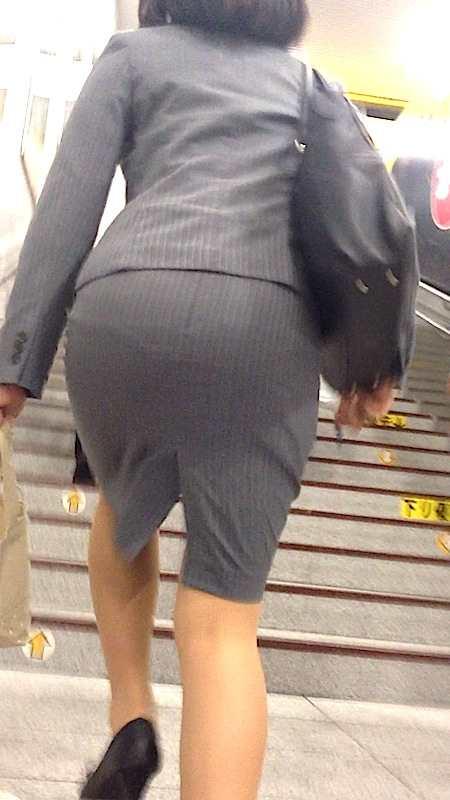 お尻が尋常じゃないエロさを醸し出しているタイトスカートを穿いた女子の素人エロ画像-026