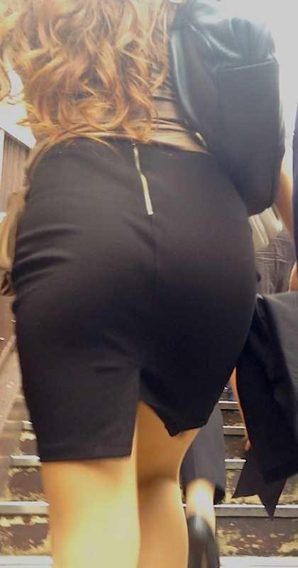 お尻が尋常じゃないエロさを醸し出しているタイトスカートを穿いた女子の素人エロ画像-030