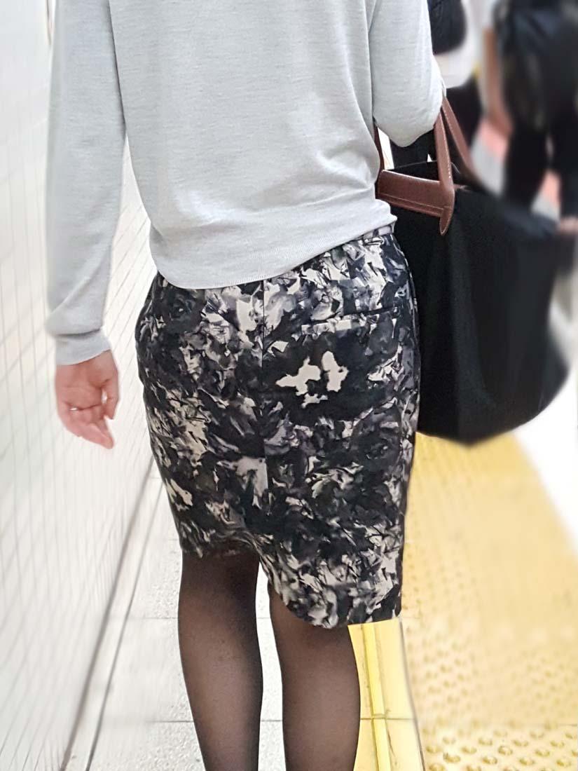 お尻が尋常じゃないエロさを醸し出しているタイトスカートを穿いた女子の素人エロ画像-042