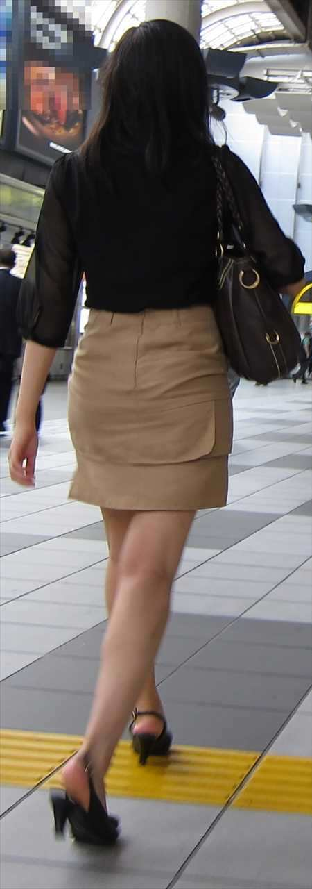 お尻が尋常じゃないエロさを醸し出しているタイトスカートを穿いた女子の素人エロ画像-020