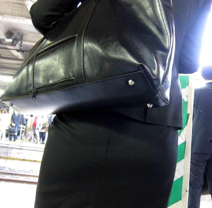 お尻が尋常じゃないエロさを醸し出しているタイトスカートを穿いた女子の素人エロ画像-039