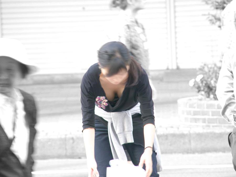 おっぱいチラ見えお姉さんたちの胸チラ街撮り素人エロ画像-024