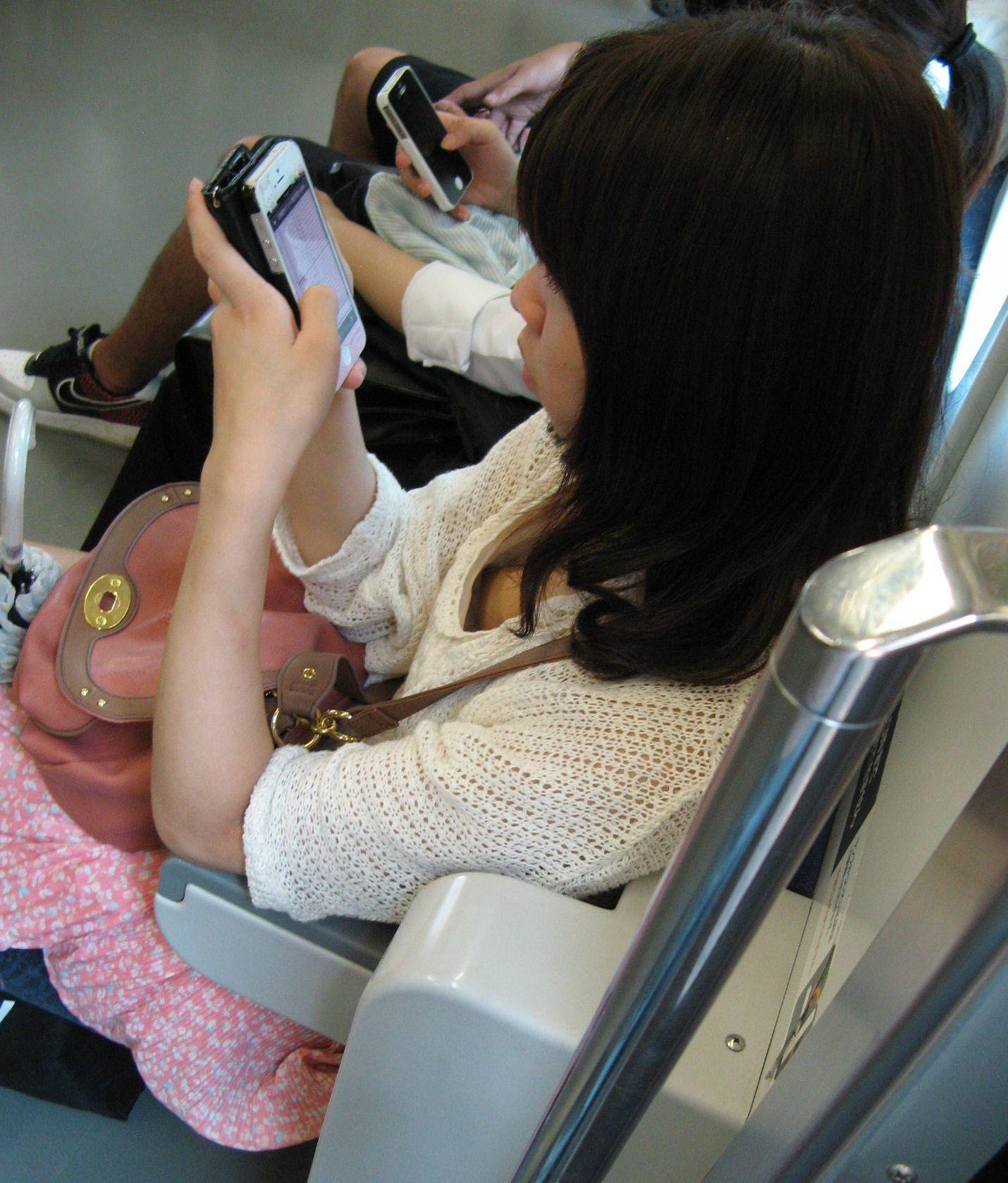 おっぱいチラ見えお姉さんたちの胸チラ街撮り素人エロ画像-052