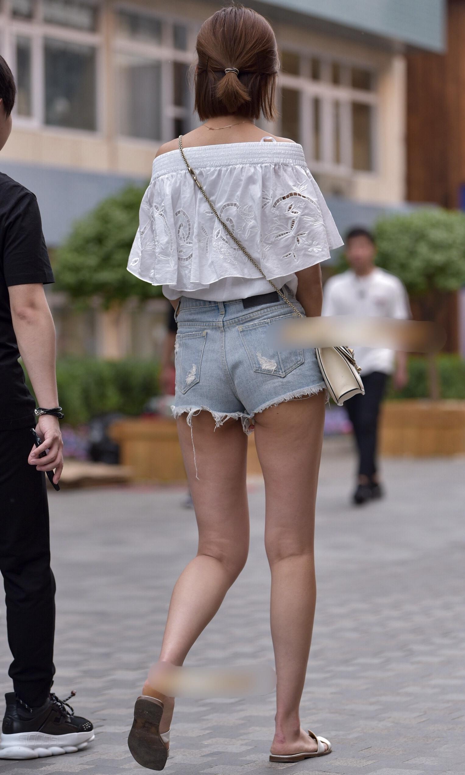 お尻や太ももがエッチなショートパンツ女子を街撮りした素人エロ画像-027