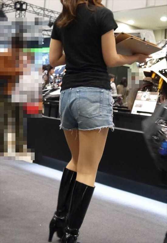 お尻や太ももがエッチなショートパンツ女子を街撮りした素人エロ画像-008