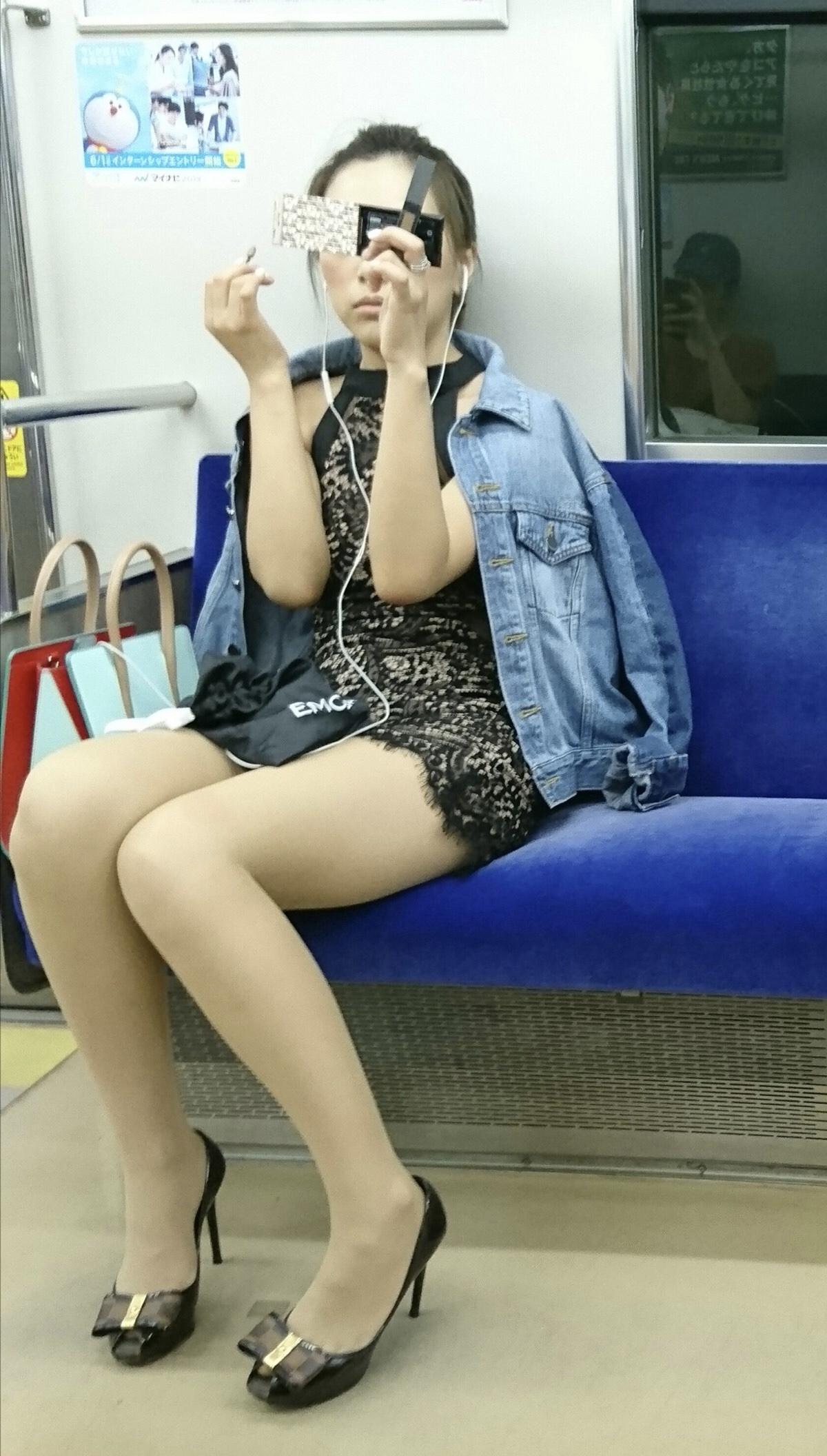 電車内太もも・パンチラ盗撮の素人エロ画像-027