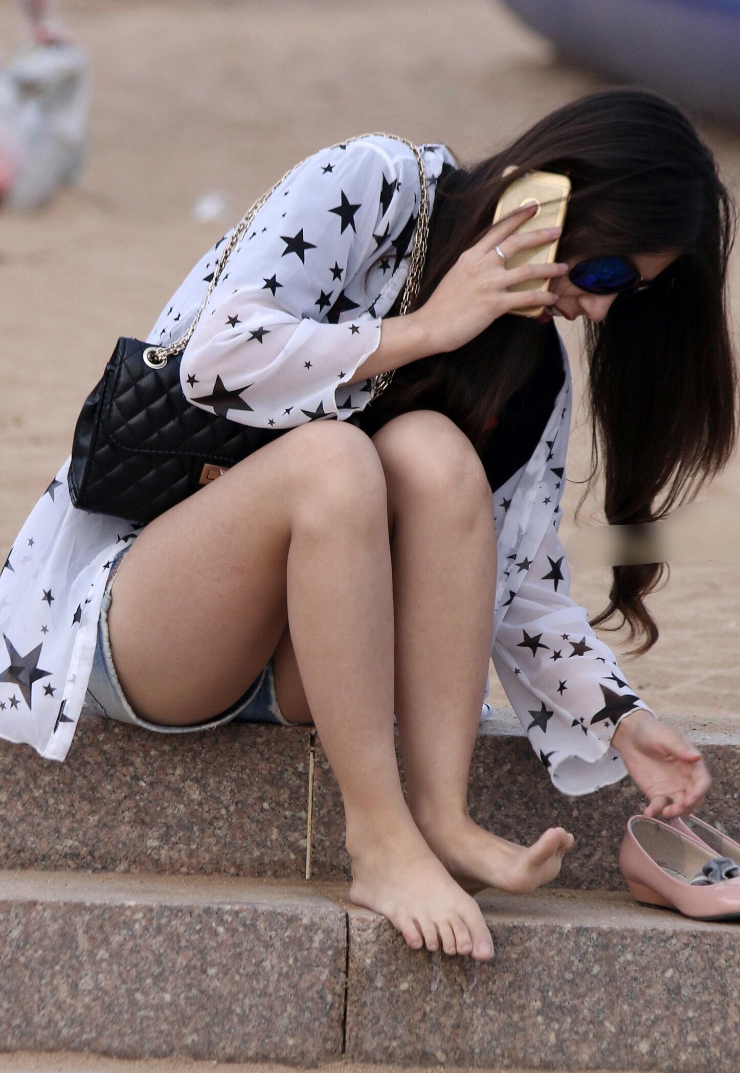 お尻や太ももがエッチなショートパンツ女子を街撮りした素人エロ画像-023