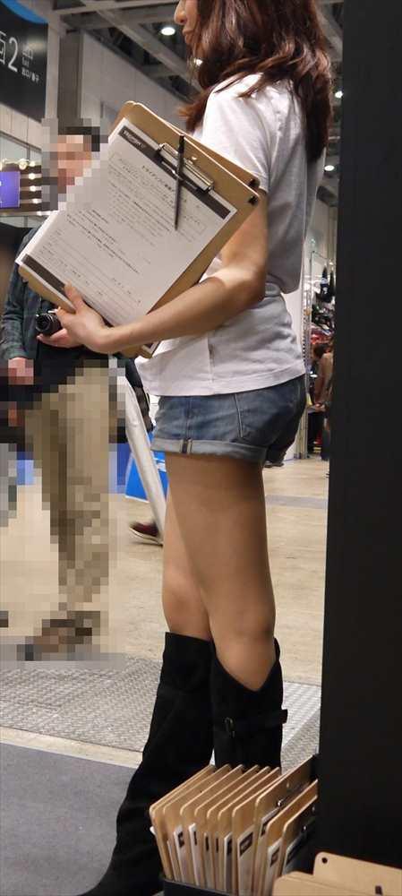 お尻や太ももがエッチなショートパンツ女子を街撮りした素人エロ画像-002