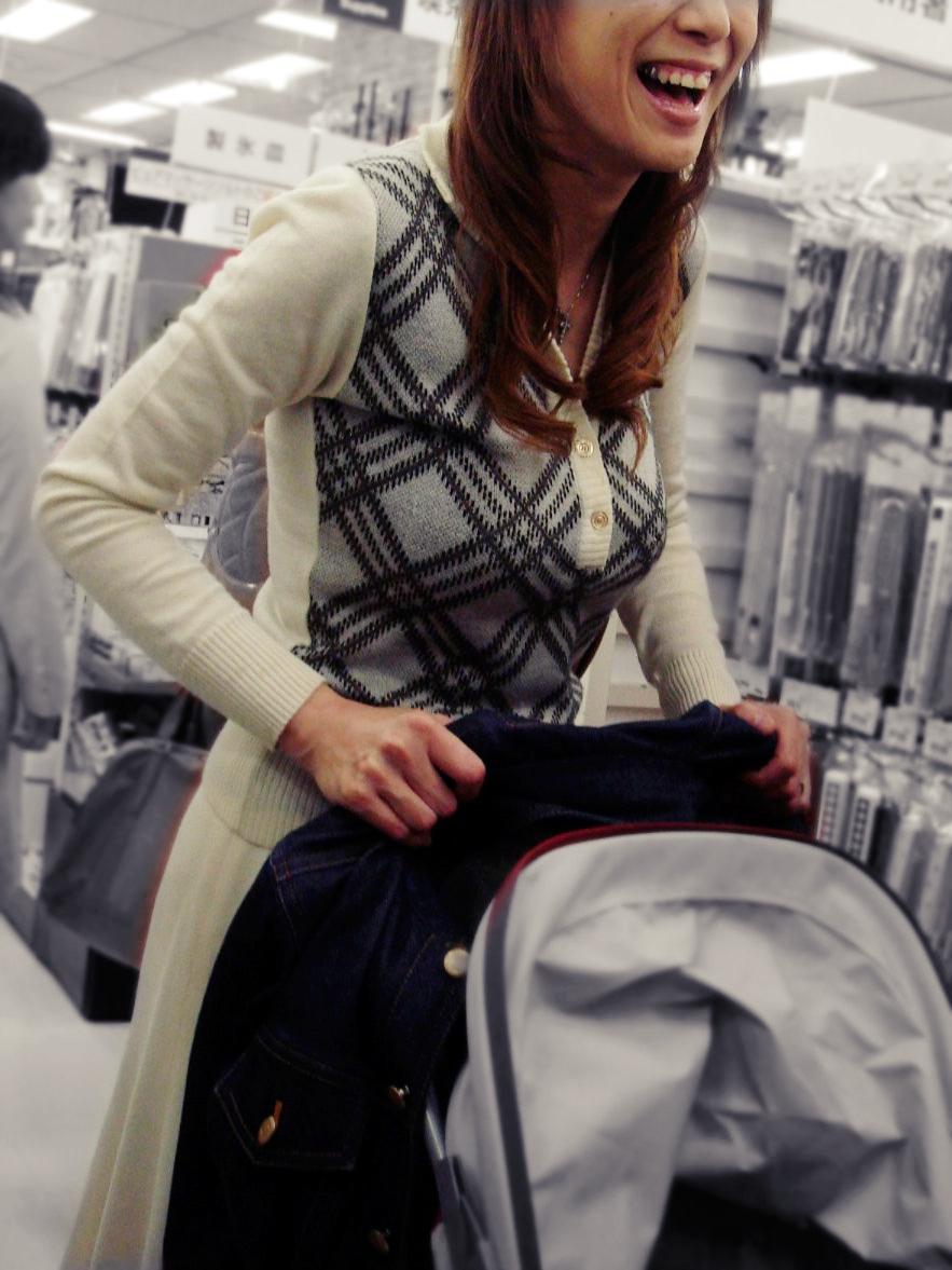 無防備エッチが酷い子連れ若ママの街撮り素人エロ画像-044