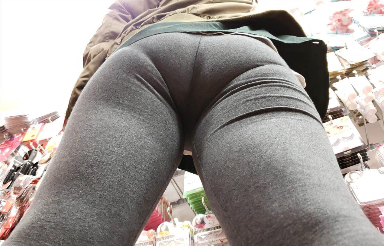 お尻が何かとエッチな事になっている女性の後姿の素人エロ画像-036