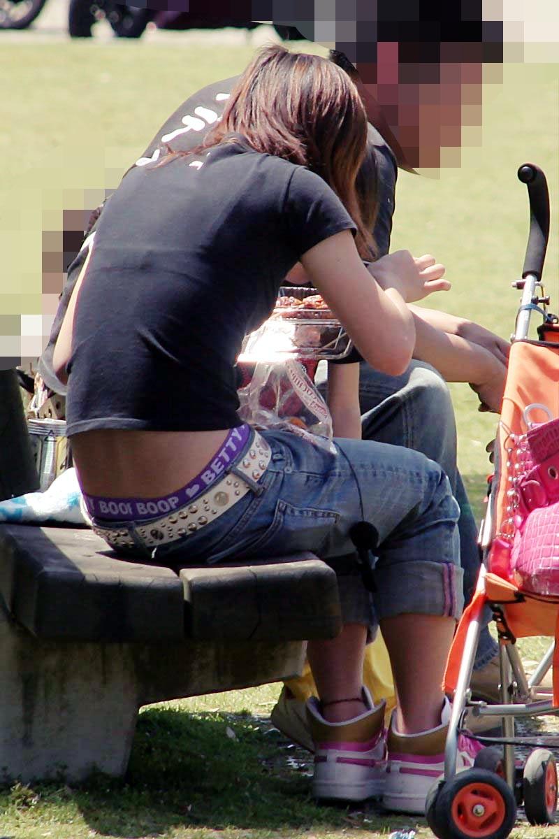 無防備エッチが酷い子連れ若ママの街撮り素人エロ画像-008