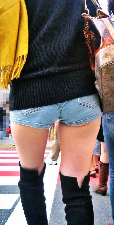 太ももとお尻がエッチなショートパンツ女子の素人エロ画像-049