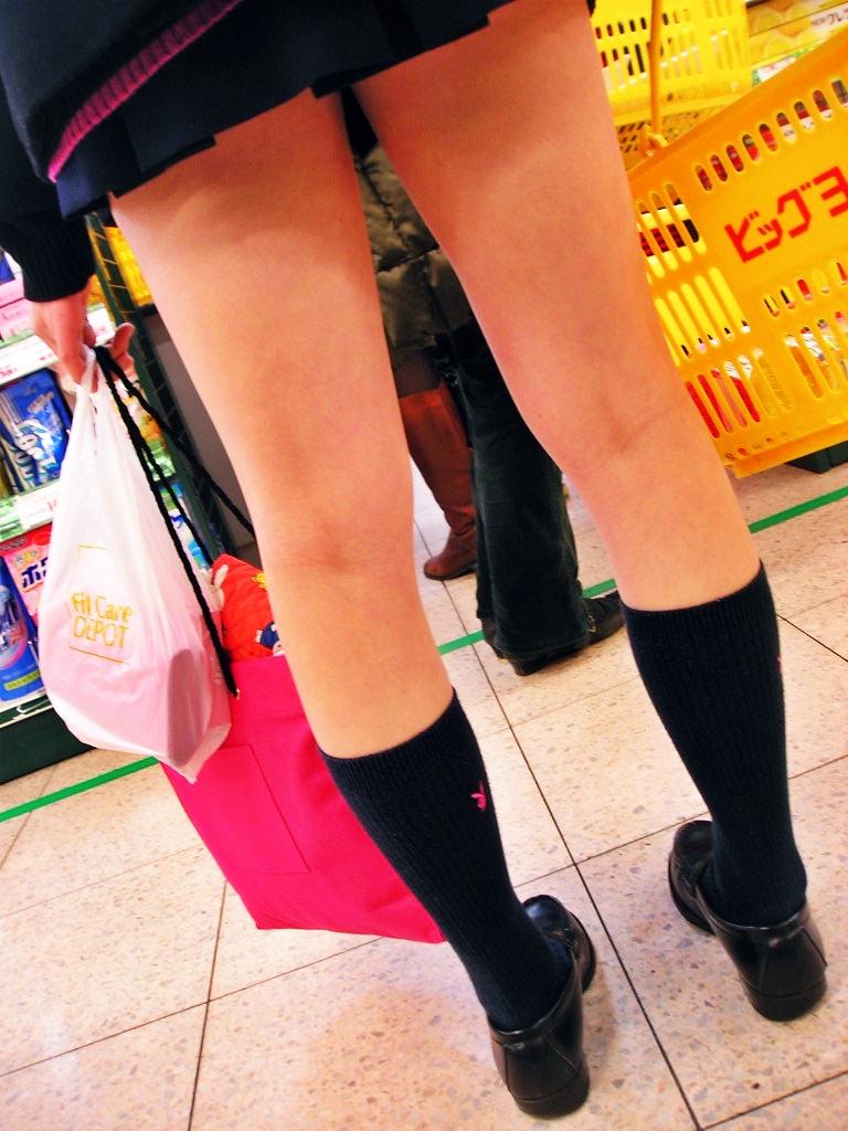女子高生の生脚太もも街撮り素人エロ画像-041