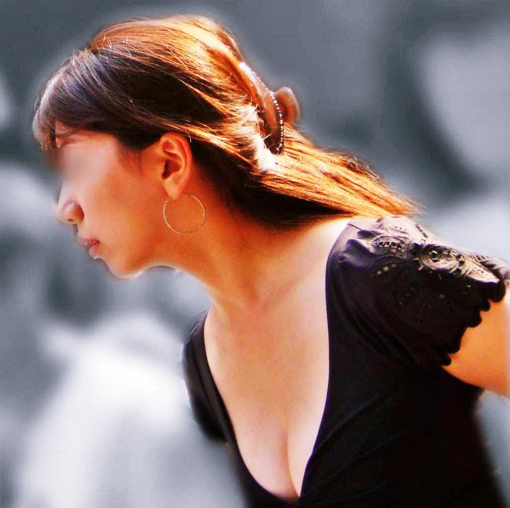 谷間みえっぱなしや着衣巨乳がエッチな女子の街撮り素人エロ画像-045