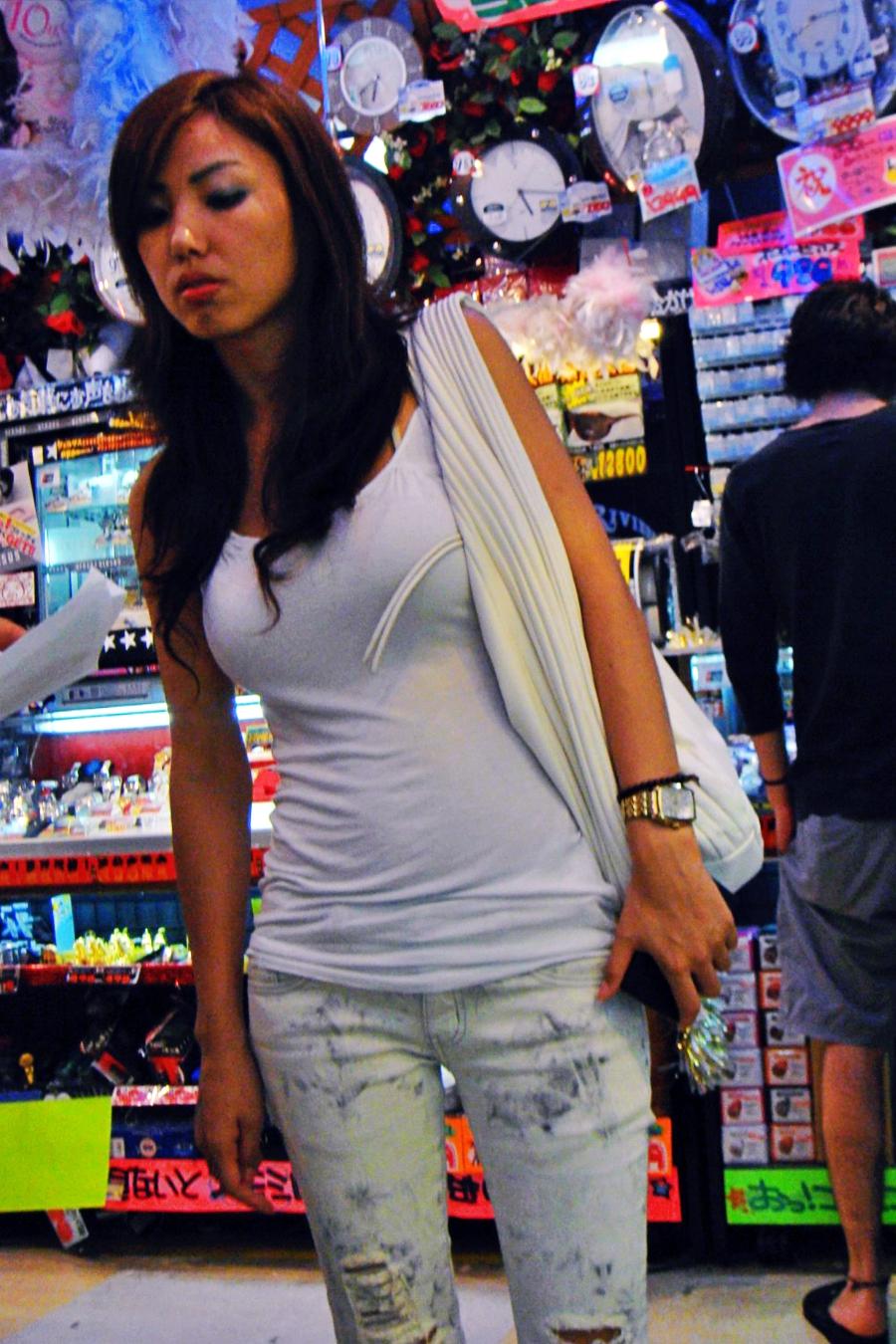お買い物中がなんかエッチな女性たちの素人エロ画像-006