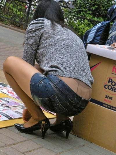 腰パンチラや背中見えすぎ女子の素人エロ画像-024