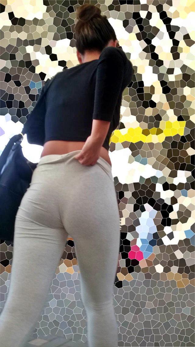 お尻がエッチなパンツスタイル女子の街撮り素人エロ画像-005