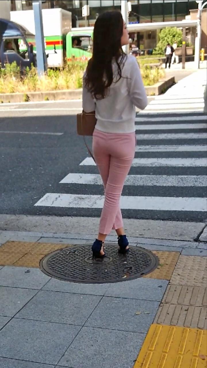 お尻がエッチなパンツスタイル女子の街撮り素人エロ画像-034