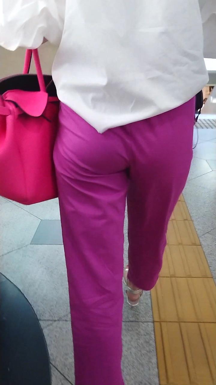お尻がエッチなパンツスタイル女子の街撮り素人エロ画像-008