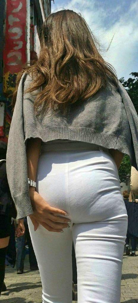 お尻がエッチなパンツスタイル女子の街撮り素人エロ画像-039