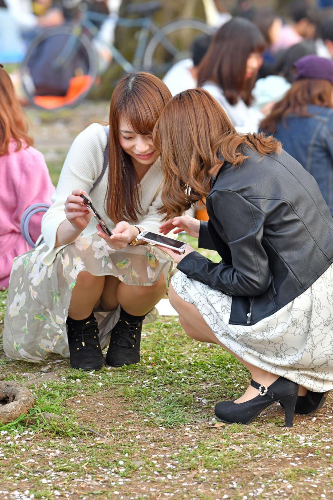 お花見とか行楽シーズンのパンチラ女子の素人エロ画像-046