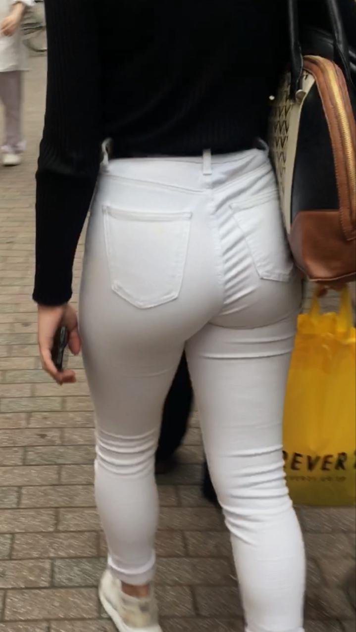 白パンツのお尻を街撮り素人エロ画像-002