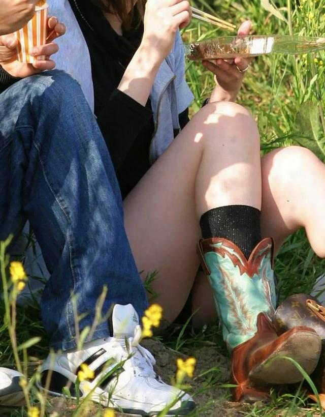 彼氏の横でパンチラしている女子の素人エロ画像-017