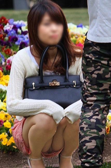 彼氏の横でパンチラしている女子の素人エロ画像-039