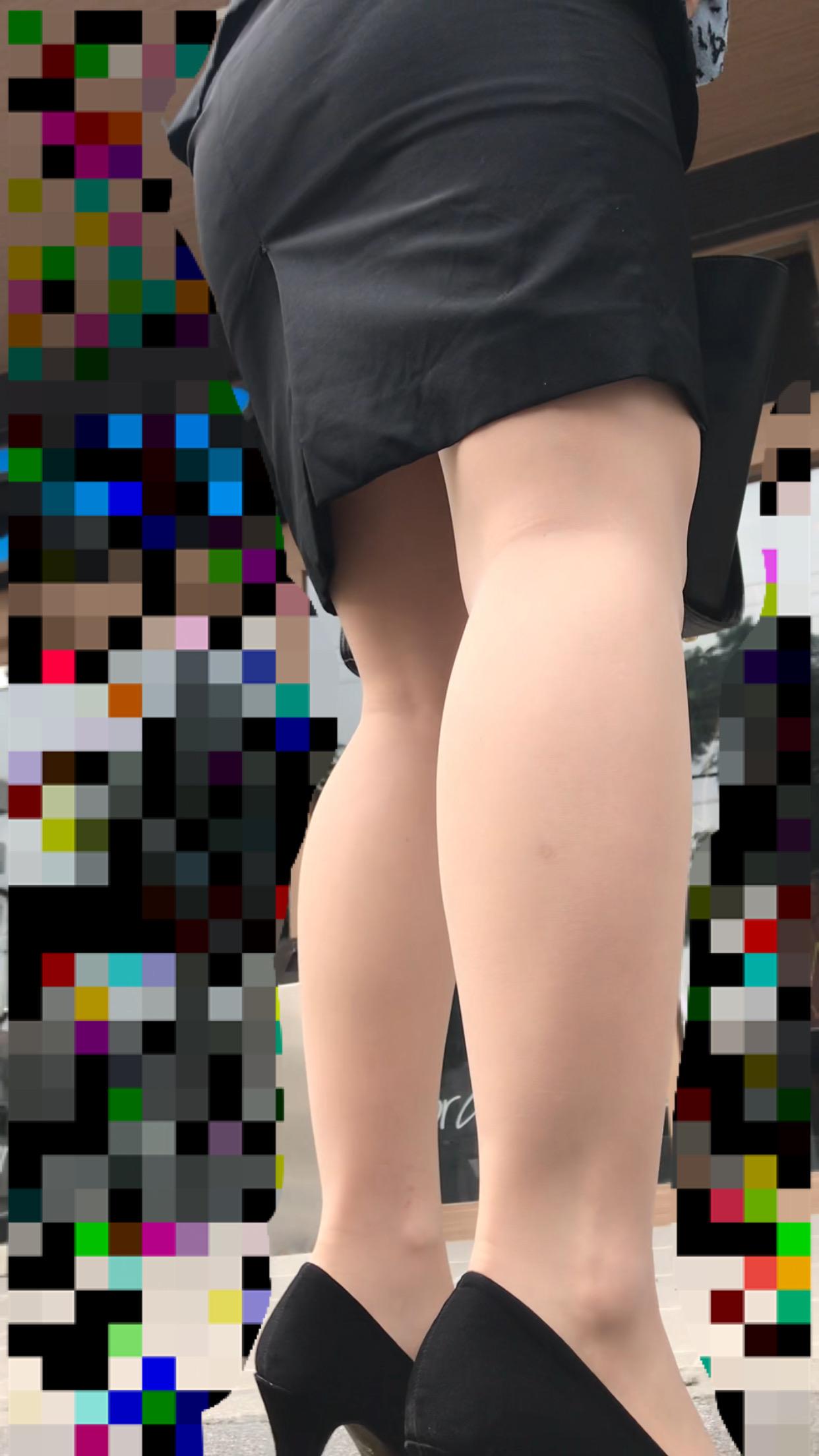 タイトスカートの下半身を街撮りした素人エロ画像-028