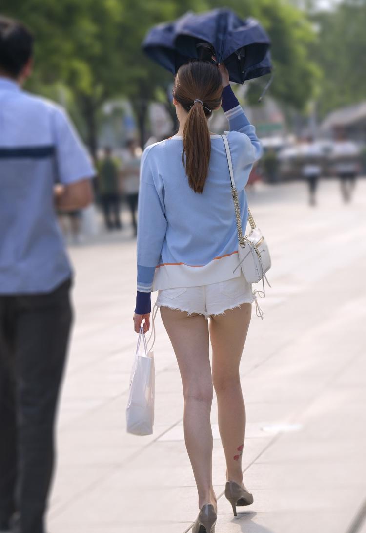太ももとお尻がエッチなショートパンツ女子の素人エロ画像-036