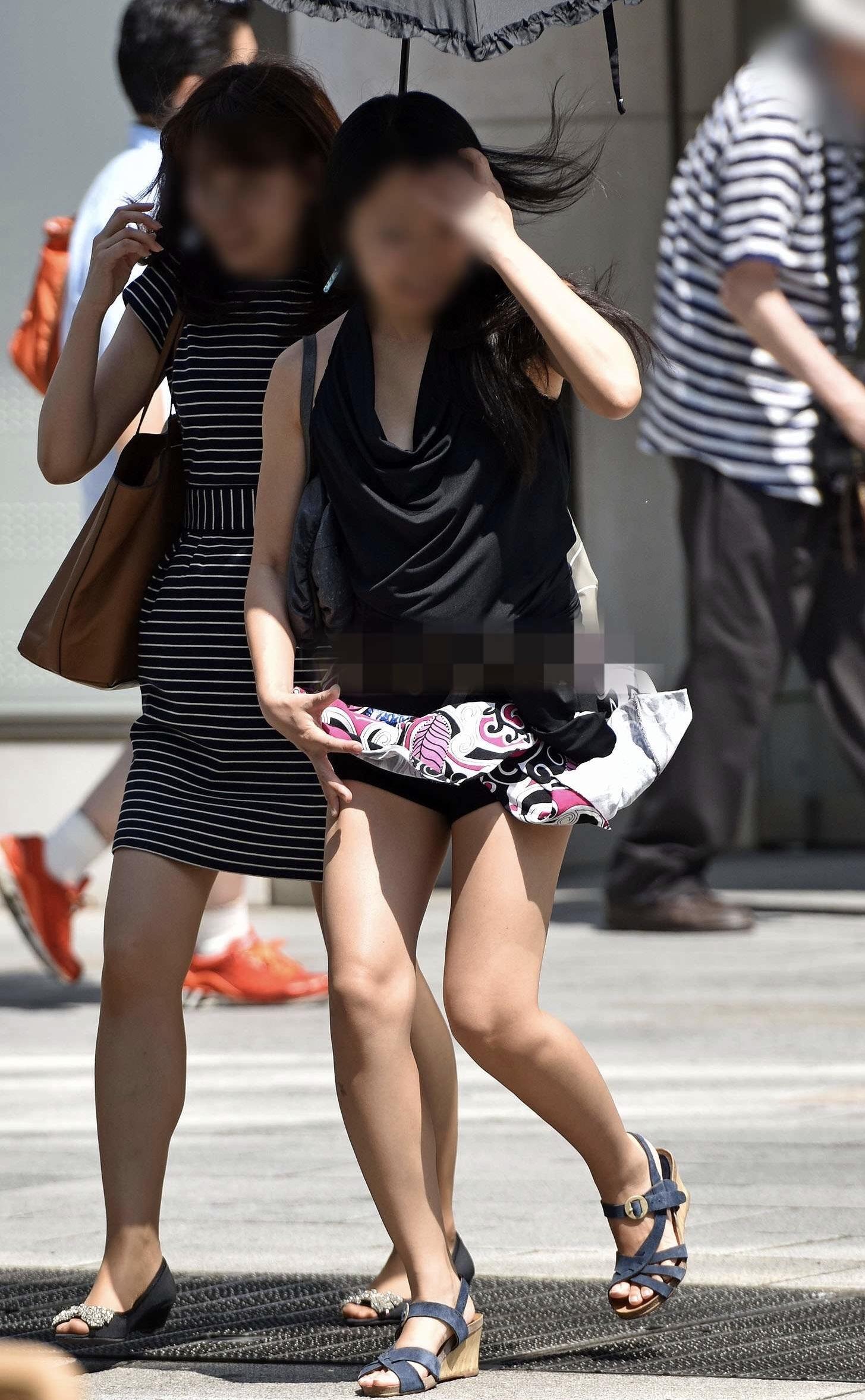 太ももとお尻がエッチなショートパンツ女子の素人エロ画像-039