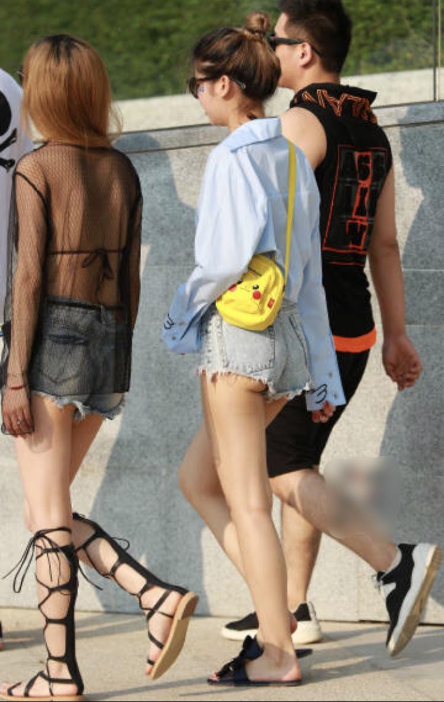 ショートパンツ女子の下半身を街撮りした素人エロ画像-005