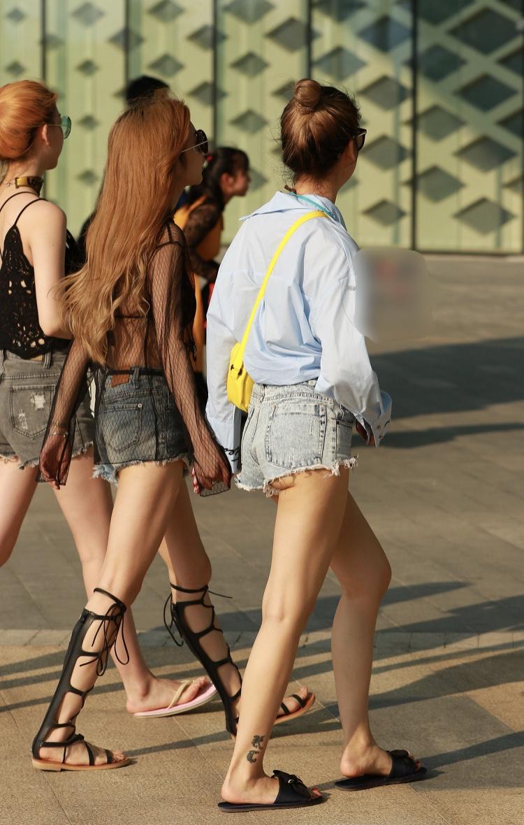ショートパンツ女子の下半身を街撮りした素人エロ画像-002
