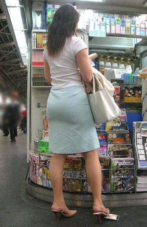 タイトスカートを履いた夏のお姉さんの後ろ姿街撮りエロ画像17
