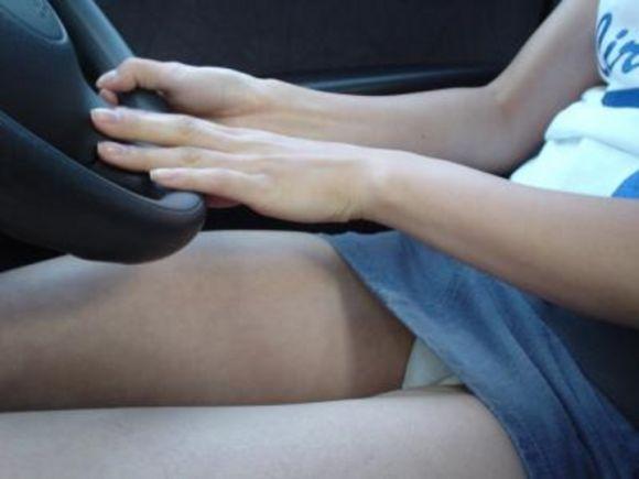 ミニスカ女子の車に関するパンチラ素人エロ画像10