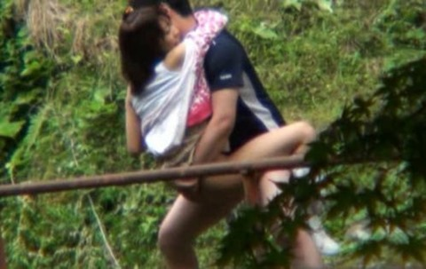 素人カップルの野外セックス青姦エロ画像06