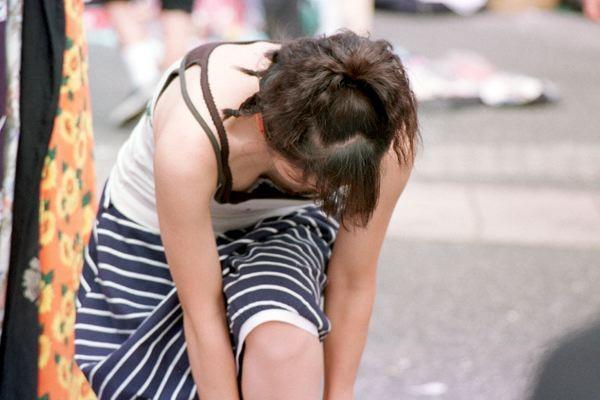 控えめな膨らみでもめっちゃエロい貧乳ちっぱいのブラチラ胸チラ画像18