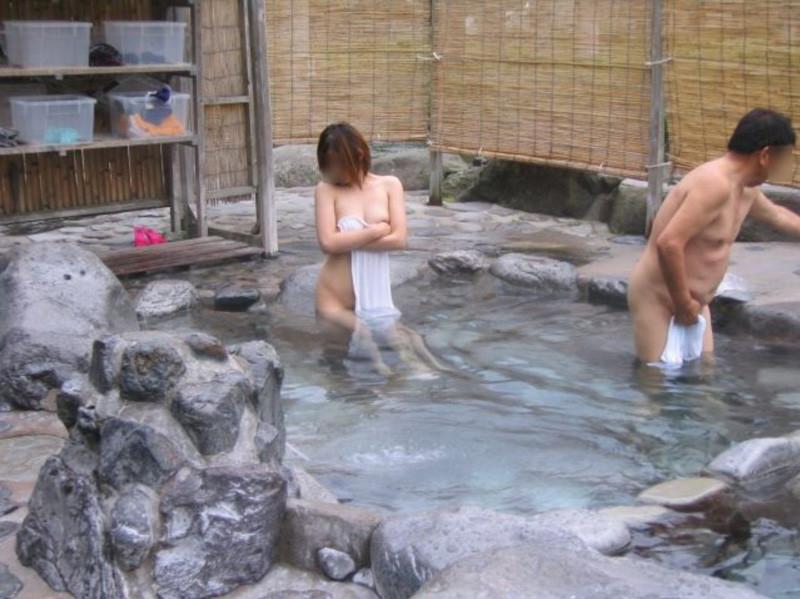 混浴露天風呂で隠さない露出願望ありな変態素人女性のエロ画像27