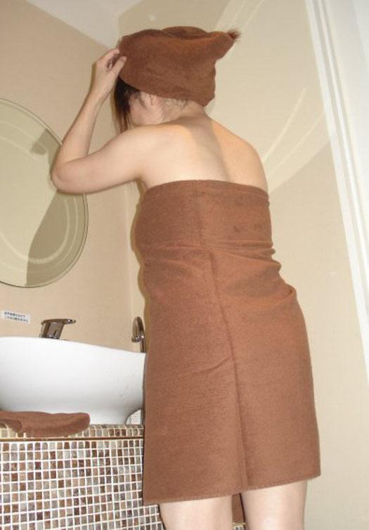 お風呂あがりのバスタオルと女性のハダカの素人エロ画像15